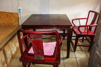努尔哈赤故居室内方木桌靠木椅