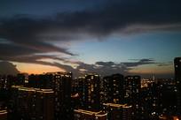 城市被晚霞包围