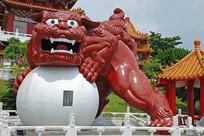日月潭文武庙抱球狮子雕塑正面