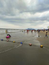 海滩游泳玩水