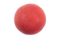 白底上小水珠密集的新鲜西红柿