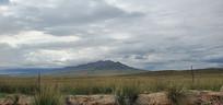 远处的山峰景象