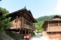 吊脚楼风格的农村木房子