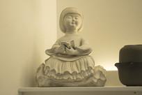 女人读书雕塑