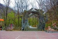 丹东宽甸虎溏沟树干造型山门