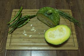 切开的青南瓜和辣椒拼盘