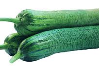 白底上的三条新鲜绿色丝瓜