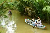 越南湄公河乘小木船游览的游客
