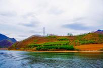丹东宽甸青山湖与湖岸绿树林