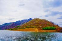 丹东宽甸青山湖与连绵山峰