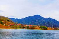 丹东宽甸青山湖与民房山峰树木