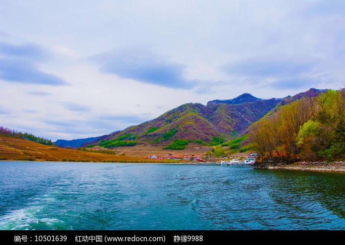 丹东宽甸青山湖与群山民房图片