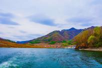 丹东宽甸青山湖与群山民房