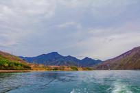 丹东宽甸青山湖与群山民房群