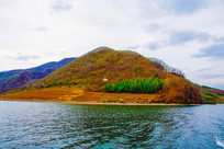 丹东宽甸青山湖与山峰绿树林
