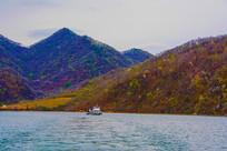 丹东宽甸青山湖与山峰游艇