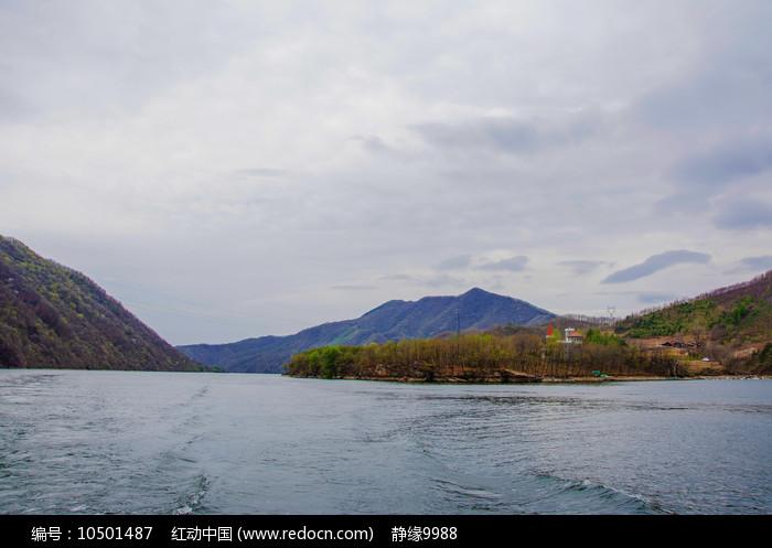 丹东宽甸青山湖与树林洋房山峰图片