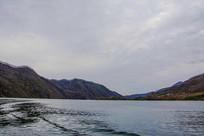 丹东宽甸青山湖与一侧群山湖岸