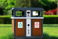绿色草坪上的环卫垃圾箱