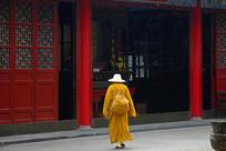 明教寺大雄宝殿行走的僧人