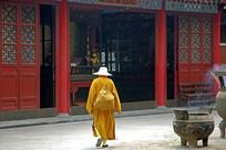 明教寺大雄宝殿行走的僧人背影