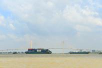 越南湄公河上的大桥及货船