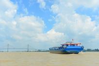 越南九龙江的大桥及货船