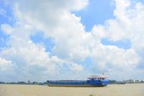 越南九龙江上的大桥及货船