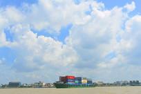 越南前江省湄公河上的集装箱船