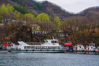 丹东宽甸青山湖湖岸游艇与游客