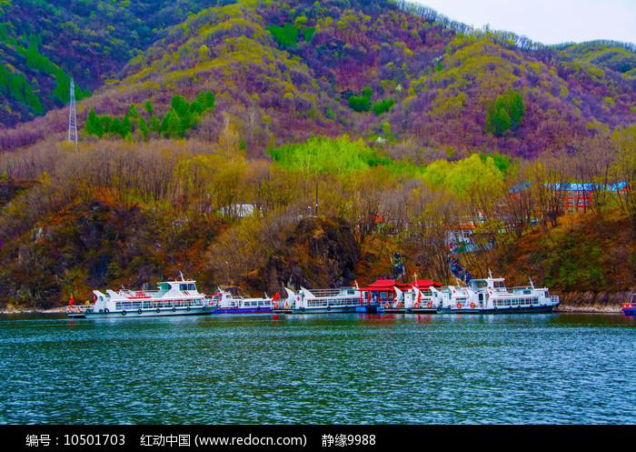 丹东宽甸青山湖游艇与山林山峰图片
