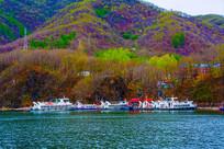 丹东宽甸青山湖游艇与山林山峰