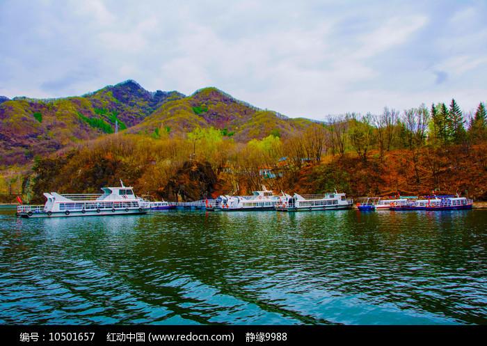丹东宽甸青山湖与连绵山峰游艇图片