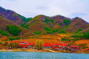 丹东宽甸青山湖与农家院建筑群