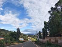 公路上的蓝天白云