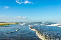 蓝天下的海岸边