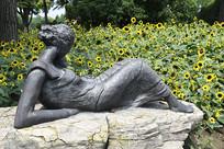 赏花的女儿雕塑侧面