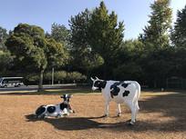 两头奶牛雕塑