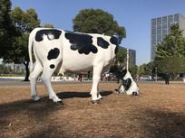 牛吃草雕塑