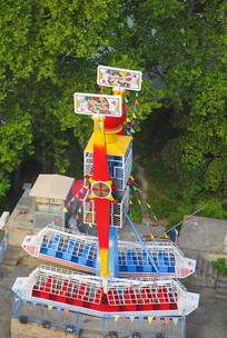 游乐园的游乐设施海盗船俯拍