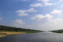 翠绿河岸边