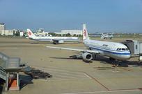 杭州萧山机场停机坪的客机