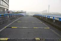 晨曦中的航空港高架桥公路辅道