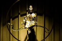 灯光下的菩萨艺术像