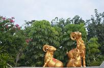 公园羊雕塑与树木