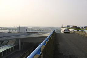 航空港高架桥公路辅道的早晨