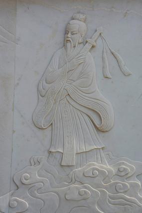 脚踏祥云怀抱宝剑的吕洞宾壁雕
