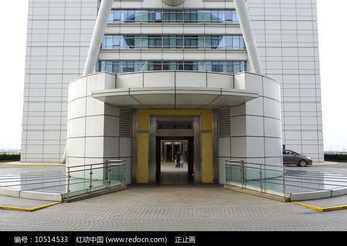 机场圆柱形电梯间外景图片