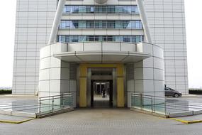 机场圆柱形电梯间外景