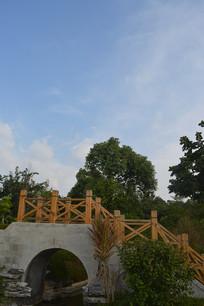 蓝天白云下的古桥